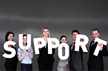 Gruppe Menschen hält Buchstaben hoch, die das englische Wort Support ergeben