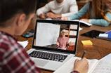 Schüler sitzt mit Laptop an einem Tisch